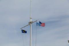 Oregon och amerikanska flaggan på masten Fotografering för Bildbyråer