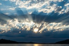 Oregon słońca promienie nad Dexter rezerwuarem obrazy royalty free