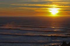 Oregon solnedgång och vågor royaltyfria bilder