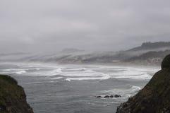 Oregon wybrzeże z chmurami i mgły kołysaniem się wewnątrz Obraz Royalty Free