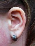 Oreille avec la boucle d'oreille Image stock