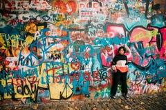 Oreille célèbre John Lennon Wall Le mur est rempli de John Lennon Inspired Graffiti Photographie stock libre de droits