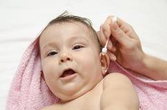 Oreille de bébé de nettoyage Photo libre de droits