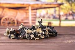 Oreille noire sèche de champignon avec le chariot photographie stock