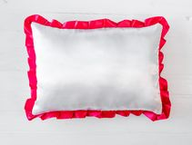 Oreiller blanc avec la vrille rose Image libre de droits