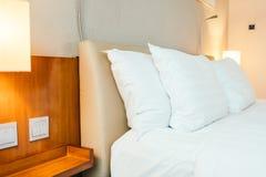 Oreiller blanc sur la décoration de lit dans l'intérieur de chambre à coucher images stock