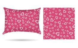 Oreiller décoratif avec la taie d'oreiller de coeurs dans un style élégant et doux sur un fond rose D'isolement sur le blanc Elem illustration libre de droits