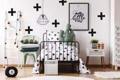 Oreiller de cactus dans le lit du ` s d'enfant images stock