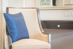 Oreiller de dossier et chaise en soie de luxe Photos stock