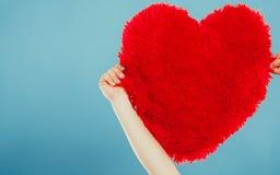 Oreiller de forme de coeur dans des mains Amour du jour de Valentine Image libre de droits