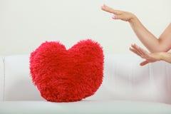 Oreiller de forme de coeur sur le sofa Amour du jour de Valentine Photographie stock