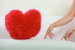 Oreiller de forme de coeur sur le sofa Amour du jour de Valentine Images stock