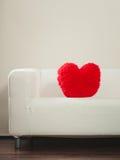 Oreiller de forme de coeur sur le sofa Amour du jour de Valentine Image stock