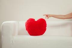 Oreiller de forme de coeur sur le sofa Amour du jour de Valentine Photo libre de droits