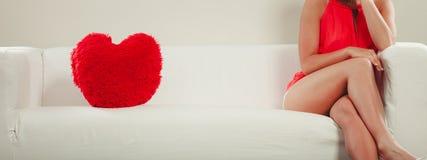Oreiller de forme de coeur sur le sofa Amour du jour de Valentine Photographie stock libre de droits