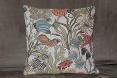 oreiller de thème d'océan avec des poissons et des usines sur un divan Photo stock