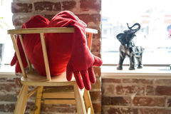 Oreiller en forme de coeur avec des bras sur la chaise Image stock