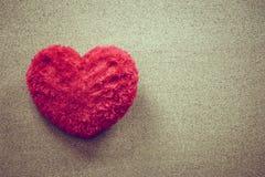 Oreiller en forme de coeur sur le fond en bois pour le jour de valentines, style de vintage Image stock