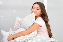 Oreiller mignon d'étreinte d'enfant de fille Oreillers mignons d'enfants qu'ils aimeront caresser Trouvez les oreillers décoratif image stock