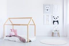 Oreiller rose sur le lit fait main Photographie stock libre de droits