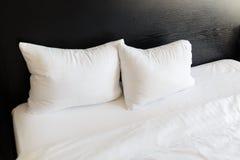 Oreillers blancs sur les lits Photos libres de droits