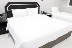 Oreillers blancs sur les oreillers mous confortables d'un lit sur le lit photos stock
