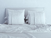 Oreillers blancs sur un lit Photographie stock