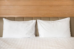 Oreillers blancs sur un lit Photos stock