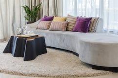 Oreillers colorés sur le sofa moderne dans le salon images stock