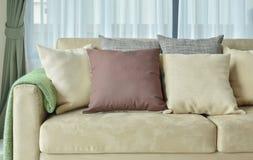 Oreillers de Brown sur le sofa en cuir brun clair Photos libres de droits