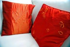 Oreillers de décor sur le sofa en cuir photos libres de droits