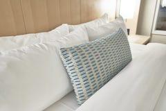 Oreillers de tissu dans un lit photo libre de droits