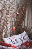 Oreillers et branches blancs d'amour Photos libres de droits