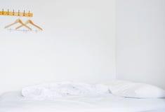Oreillers et bâti dans la chambre à coucher vide Image stock