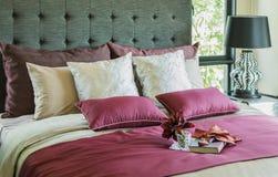 Oreillers et plateau décoratif sur le lit image stock