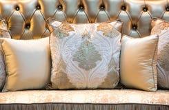 Oreillers et sofa classiques de style Photographie stock libre de droits