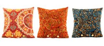 Oreillers, multi d'oreillers colorés avec des modèles Image stock