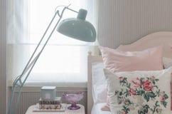 Oreillers roses sur le lit dans la chambre à coucher avec la lampe verte Photographie stock libre de droits