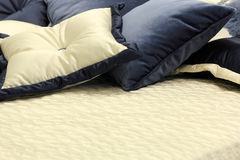 Oreillers sur le lit Image libre de droits