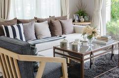 Oreillers sur le sofa blanc dans le salon moderne photos stock