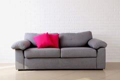 Oreillers sur le sofa gris Images stock