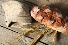 Oreilles croustillantes rustiques de pain et de blé sur une obscurité Photo libre de droits