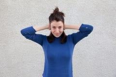 Oreilles de bâche de jeune femme avec des mains Images stock