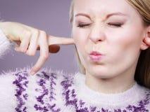 Oreilles de bâche de femme avec des doigts photos stock