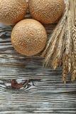 Oreilles de blé de miches de pain sur la surface en bois de vintage Image libre de droits