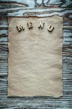 Oreilles de blé sur la vue supérieure de panneau en bois de vintage Images libres de droits