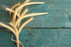 Oreilles de blé sur le fond en bois photographie stock