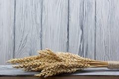 Oreilles de blé sur le Tableau en bois Gerbe de blé au-dessus du fond en bois Concept de moisson Photo stock