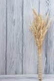 Oreilles de blé sur le Tableau en bois Gerbe de blé au-dessus du fond en bois Concept de moisson Image libre de droits