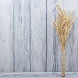 Oreilles de blé sur le Tableau en bois Gerbe de blé au-dessus du fond en bois Concept de moisson Image stock